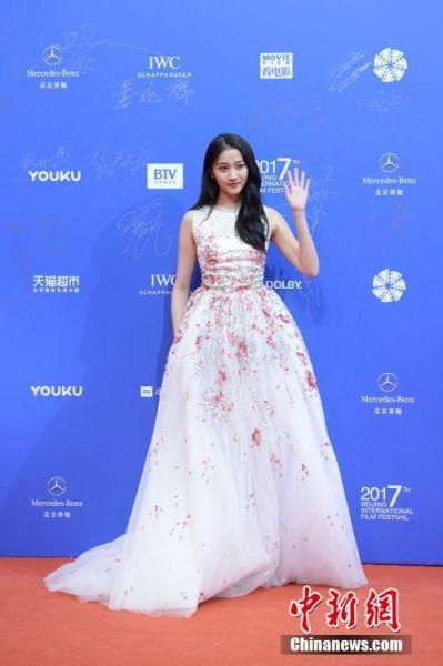 4月16日,第七届北京国际电影节开幕红毯及开幕式在北京怀柔区国家中影数字制作基地举行。图为演员关晓彤亮相红毯。 中新社记者 崔楠 摄