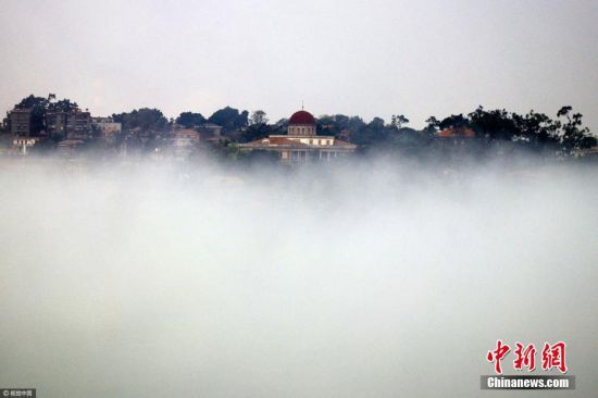 """2017年4月19日早晨,厦门出现了大雾迷城的景象,而朋友圈上也被厦门变成""""雾都""""的各种仙境照刷屏了。这场大雾也是新年最大的一场雾,不少地方的能见度降至百米以下。 周道先 摄 图片来源:视觉中国"""