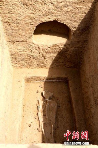 """墓穴墙壁上有""""墓龛"""",主要放置一些随葬品。 王中举 摄"""