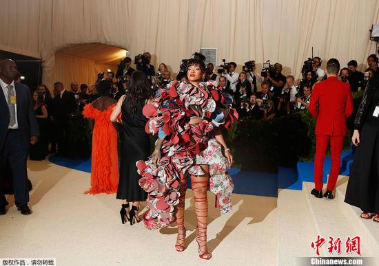 """当地时间2017年5月1日,美国纽约,2017Met Gala纽约大都会艺术博物馆慈善舞会举行,Met Gala是时尚界最隆重的晚会,每年的慈善晚会红毯部分都被誉为""""时尚界奥斯卡"""",入场券高达25000美金。此次的宴会着装主题是川久保玲,可想而知红毯上各路时髦""""女妖精""""们必定包装到每根发梢,活生生的上演一出""""群魔乱舞""""的时装好戏。图为蕾哈娜鲜花盔甲装个性抢镜。"""
