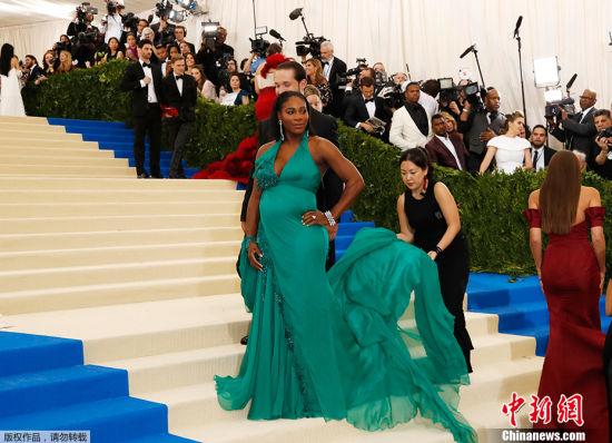 """当地时间2017年5月1日,美国纽约,2017Met Gala纽约大都会艺术博物馆慈善舞会举行,Met Gala是时尚界最隆重的晚会,每年的慈善晚会红毯部分都被誉为""""时尚界奥斯卡"""",入场券高达25000美金。此次的宴会着装主题是川久保玲,可想而知红毯上各路时髦""""女妖精""""们必定包装到每根发梢,活生生的上演一出""""群魔乱舞""""的时装好戏。图为小威廉姆斯挺孕肚与未婚夫亮相红毯。"""