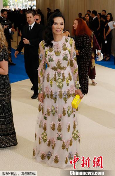 """当地时间2017年5月1日,美国纽约,2017Met Gala纽约大都会艺术博物馆慈善舞会举行,Met Gala是时尚界最隆重的晚会,每年的慈善晚会红毯部分都被誉为""""时尚界奥斯卡"""",入场券高达25000美金。此次的宴会着装主题是川久保玲,可想而知红毯上各路时髦""""女妖精""""们必定包装到每根发梢,活生生的上演一出""""群魔乱舞""""的时装好戏。图为邓文迪白色纱裙亮相。"""