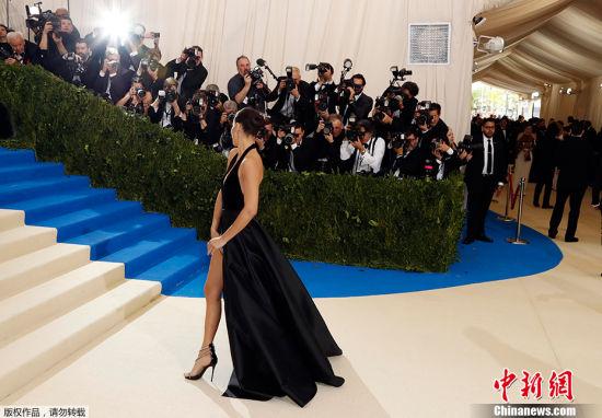 """当地时间2017年5月1日,美国纽约,2017Met Gala纽约大都会艺术博物馆慈善舞会举行,Met Gala是时尚界最隆重的晚会,每年的慈善晚会红毯部分都被誉为""""时尚界奥斯卡"""",入场券高达25000美金。此次的宴会着装主题是川久保玲,可想而知红毯上各路时髦""""女妖精""""们必定包装到每根发梢,活生生的上演一出""""群魔乱舞""""的时装好戏。图为阿德里亚娜・利马天鹅绒深V高开叉露背礼服大秀美腿。"""