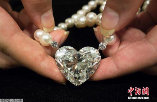 """2017年5月5日消息,瑞士日内瓦,世界最大心形钻石――92克拉的D色无瑕疵""""La Legende""""钻石即将由克里斯蒂拍卖行拍卖,估价达2000万美元。"""