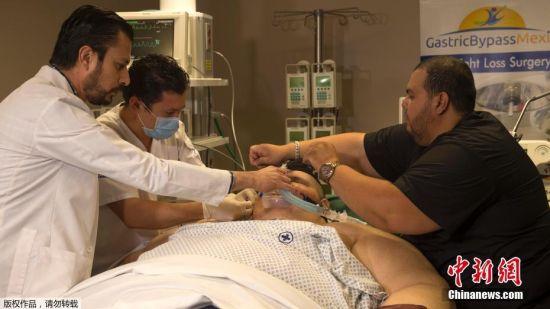 5月5日,墨西哥Guadalajara,32岁的墨西哥男子Juan Pedro Franco接受减重手术。体重500公斤的Juan Pedro Franco是世界最胖男子,他曾经在4个月治疗中,减重170公斤。