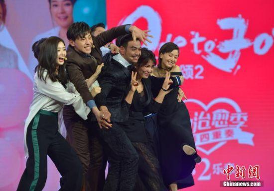 """5月5日,由浙江卫视中国蓝主办的""""欢乐大会""""暨《欢乐颂2》发布会在浙江杭州举行,主创集体搞怪引粉丝捧腹大笑。《欢乐颂2》展现了当下各种""""都市病"""",无论是安迪的""""冰山控""""还是小包总的""""自恋狂"""",亦或是樊胜美的""""现实女"""",剧中其他角色所具有的各种都市病,都或多或少是现代人的缩影。 中新社记者 李晨韵 摄"""