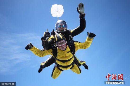 当地时间2017年5月14日,101岁的英国二战退伍老兵海斯与来自其家族三代共10名成员一起跳伞,他从约4500米高空一跃而下,成功完成创举,成为历来最年长跳伞者。 图片来源:视觉中国