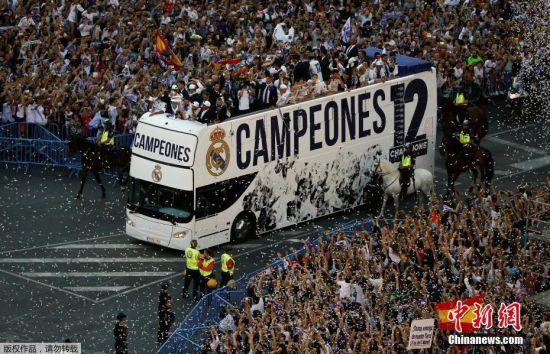 当地时间6月4日,皇马俱乐部在马德里举行盛大的夺冠庆典,庆祝球队拿下欧冠奖杯。这是皇马时隔59年再次获得欧冠西甲双冠王。
