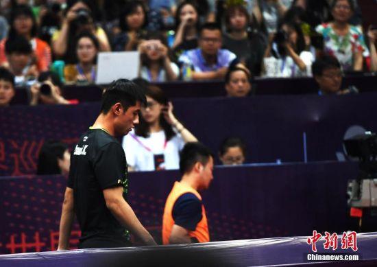 6月22日,在四川省体育馆内进行的国际乒联世界巡回赛2017中国乒乓球公开赛男单1/16比赛中,中国选手张继科因伤退出本次单打比赛。安源 摄