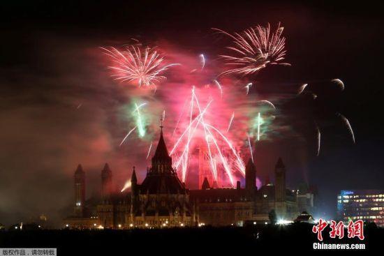当地时间7月1日晚,加拿大多伦多等地纷纷燃放焰火庆祝联邦成立150周年。图为加拿大魁北克加蒂诺燃放烟花。