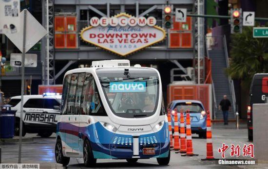 """当地时间7月3日,法国拉德芳斯,一辆由法国初创公司Navya与公共交通提供商Keolis合作生产的电动无人驾驶公交车""""Arma""""在拉德芳斯街道""""亮相"""",在一条专用线路上开展为期6个月发测试。图为2017年1月12日,美国拉斯维加斯,电动无人驾驶公交车""""Arma""""在街头进行测试行驶。"""