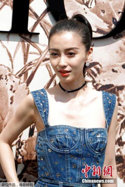 当地时间7月3日,法国巴黎时装周上,演员Angelababy身着刺绣牛仔裙亮相Dior高订秀场,显得十分俏皮可爱。