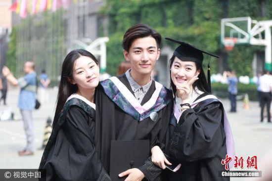 2017年7月5日,北京,中戏2017年毕业典礼举行,帅哥美女颜值超高。 图片来源:视觉中国