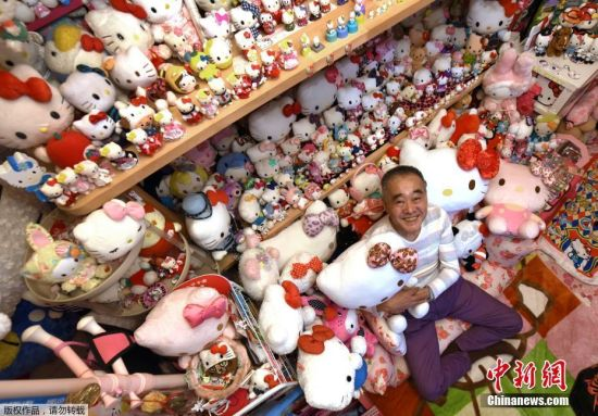 当地时间2017年6月28日,日本四街道市,这位叫做Masao Gunji的日本大叔打破了年龄和性别的界限,在过去35年时间里,一直坚持收集Hello Kitty的相关物品,他已经成为了世界上Hello Kitty收藏家中的最厉害的人。Gunji在2016年就成了收藏Hello Kitty物品的吉尼斯世界纪录保持者,当时他拥有5169件Hello Kitty藏品。