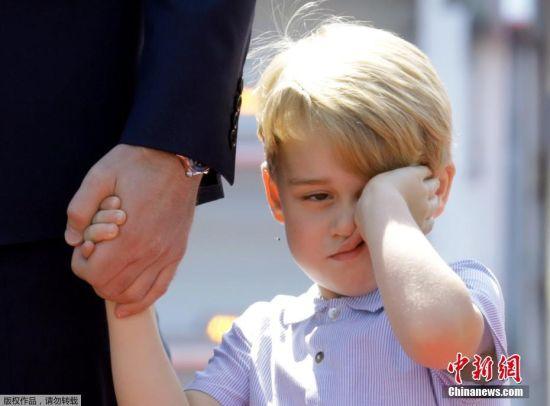 当地时间2017年7月19日,德国柏林,英国威廉王子(Prince William)携凯特王妃(Kate Middleton)以及他们的孩子乔治小王子、夏洛特小公主抵达德国进行访问。乔治小王子牵着爸爸的手,看起来睡意朦胧,不停揉眼;夏洛特小公主则是把一张小脸埋进手里的花束,猛闻花香,可爱的模样萌化人心。