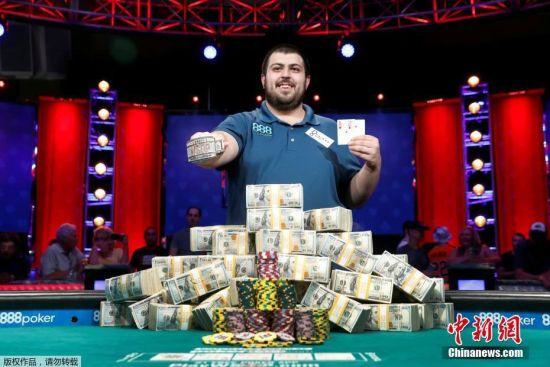 当地时间2017年7月23日,2017WSOP主赛大结局揭晓,25岁美国选手Scott Blumstein夺冠,奖金815万美元。WSOP(World Series of Poker)世界扑克系列赛,是世界扑克比赛中一项最权威、最受尊重的赛事。