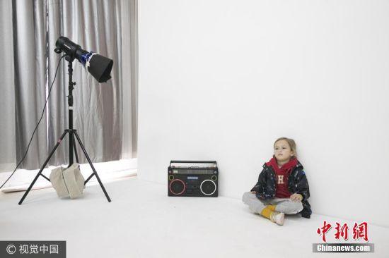 7月25日消息,五岁的Orly来自美国纽约,三年前因为爸爸的工作调动,两岁开始她便在上海开始了自己的童年生活。大约一年前,妈妈Jane在朋友圈看到了一则寻找外籍童模的消息,Orly又刚好符合要求,Jane决定试一试。图片来源:视觉中国