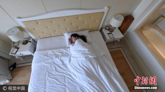 """7月30日消息,南京,很多上班族,工作很勤快,活得却并不轻松,自嘲每天""""跪着挣钱""""。其实,我们身边还有一批""""躺着挣钱""""的人――去各地旅游,住高档奢华的星级或特色酒店,美美吃到嗨翻天、爽爽睡到自然醒。他们的名字,叫酒店试睡员。 图片来源:视觉中国"""