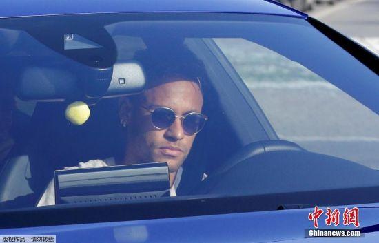 """当地时间8月2日,西班牙巴塞罗那甘伯训练场,球星内马尔驱车返回巴萨的训练基地。巴萨官方宣布,内马尔获准不参加球队训练。俱乐部解释称:""""内马尔已经告知更衣室队友他要离开球队,他已经向队友们道了别,教练允许他不用参加训练,解决自己的未来。"""""""