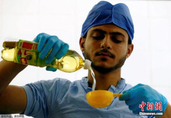 当地时间2017年8月1日,埃及达曼胡尔,一家手术室主题快餐店内,服务员厨师等工作人员穿成医生的样子工作。