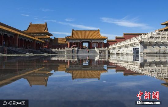 """2017年8月23日,处暑,凌晨北京骤雨降临,经过雨水的洗礼,京城再次开启蔚蓝模式,雨后的故宫宛如""""天空之镜"""",美轮美奂。 杨东 摄 图片来源:视觉中国"""