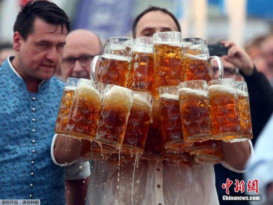 当地时间2017年9月3日,德国阿本斯贝格,德国服务生奥利弗・施特林普费尔(Oliver Struempfel)将29杯每杯一升的啤酒用自己的方法一口气拿起,并稳稳地向前走了40米,创造了新的世界纪录。