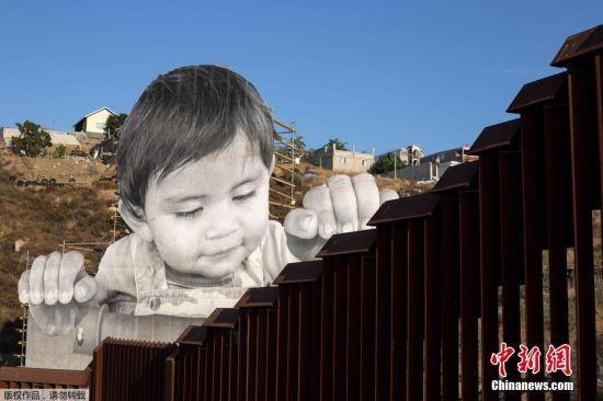 当地时间2017年9月6日,美国加州特卡特,法国艺术家JR在美墨边境线创作的艺术作品。