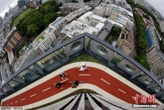 当地时间2017年9月5日,英国伦敦,近日,英国首都伦敦一栋16层的办公大楼楼顶新添置了150米长的屋顶跑道以鼓励上班族锻炼。