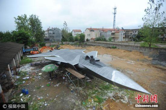 2017年9月11日消息,在武汉市新洲汪集街万家湾一座废弃工厂大院内,摆放着一个与真飞机大小差不多、接近完工的歼-20战机模型。其与真机的相似程度之高,令在空军部队服役多年的退伍老兵啧啧称奇。图片来源:视觉中国