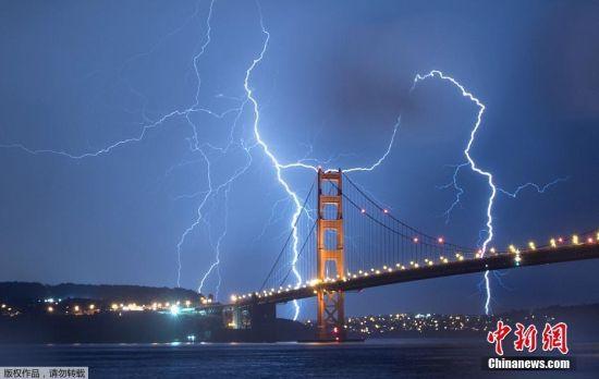 美国加州雷暴瞬间 金门大桥上闪电划破夜空