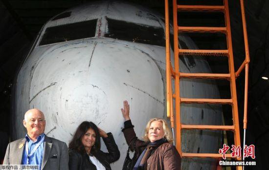 经历了当年劫机事件的机组成员及乘客在仪式上露面,(左起)曾经的副驾驶员 Juergen Vietor、当时飞机上的乘客之一Diana Muell,以及空姐Gabriele von Lutzau与这架飞机合影。