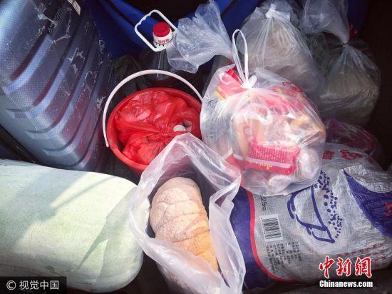 """2017年10月8日,浙江金华,国庆假期的最后一天,游客们开始返程,返乡的年轻人也要开始踏上返程的路。这几天,许多开车返回城市的年轻人纷纷开始晒自己的后备箱,天下父母都一样,每个人的后备箱都装满了""""爱""""。图为10月7日,在浙江省杭州市工作的小成晒出的后备箱里,塞满了父母种的各种蔬菜、鸡蛋、菜籽油和制作的手工面等等。 图片来源:视觉中国"""