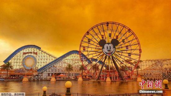 当地时间10月11日,美国加州山火持续,位于加州的迪士尼乐园在火光的映衬下变为橙色。