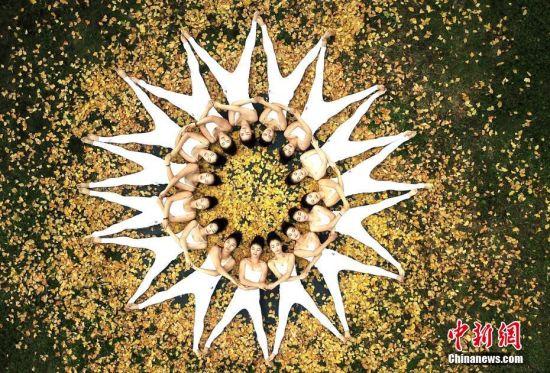 10月27日,河南济源王屋山,五彩缤纷,秋意正浓。瑜伽爱好者结伴进山赏秋、练功,邂逅秋意浓情,将自己融入大自然,成为秋景的一部分,展现瑜伽之美。王中举 摄