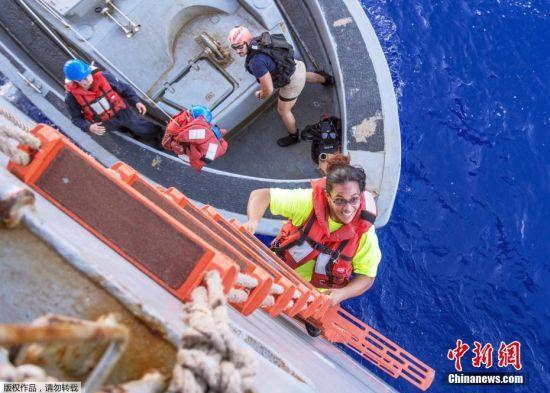 10月30日消息,近日,美国两名女子阿佩尔和费亚瓦在太平洋漂流了5个月后,终于在10月24日获得美国军舰的救援。
