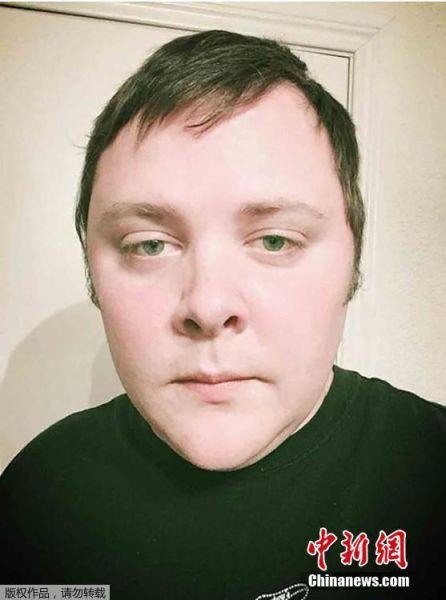 """11月7日消息,美国得克萨斯州萨瑟兰斯普林斯镇5日发生的枪击事件震惊全美。调查显示,此案的枪手戴文・凯利曾因殴打妻儿坐牢。调查人员怀疑,他的行凶原因与""""家务事""""有关。图为枪击案凶手戴文・凯利社交网络上的照片。"""
