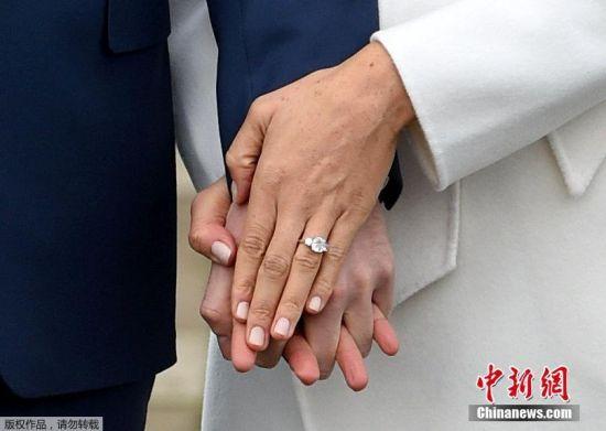 女方在记者的要求下展示了自己的戒指。