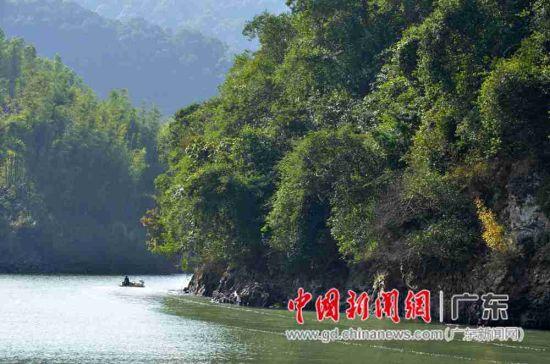 在新丰县领略大席河秀丽风景。