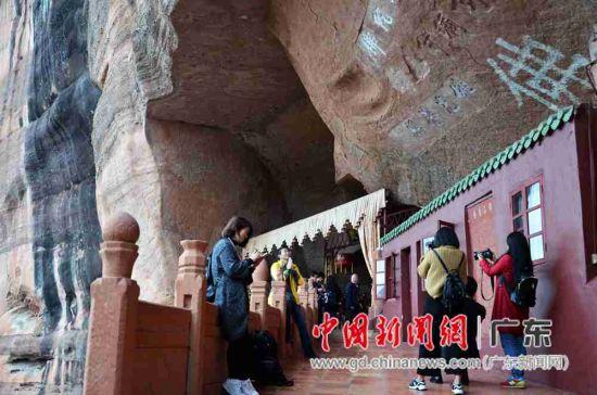大咖们在丹霞山锦石岩寺采风。