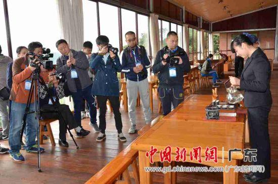 媒体记者和网络大咖在采访茶艺表演。