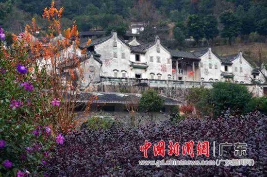 只见群山簇拥中中古朴的村庄若隐若现。