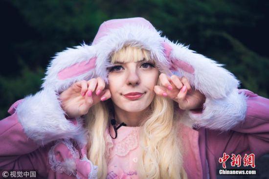 12月26日消息,21岁的杰德・史密斯穿着一件粉色连衣裙,头戴兔耳朵帽子,她看起来更像一个瓷娃娃。图片来源:视觉中国