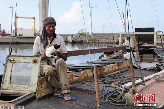 当地时间2017年12月27日,一名波兰水手在印度洋上漂流7个月后,于圣诞节当天在法属留尼汪岛海岸获救。54岁的Zbigniew Reket来自波兰,他在印度洋漂流了七个月之后被法国海岸警备队救起。Zbigniew当时乘着一艘破船,船上只有一只猫陪着他。