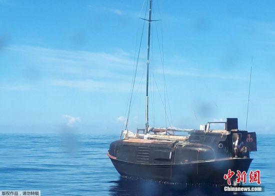 图为法国海岸警备队提供的Zbigniew Reket获救时的照片,当时他乘着一艘破船,船上只有一只猫陪着他。Zbigniew表示,他从今年五月份离开非洲莫桑比克海岸希望到达南非,但是在经过莫桑比克海峡后,却因为风浪一直在印度洋上漂流,到被救起时,他的漂流旅程已超过了1200英里(约2000公里)。