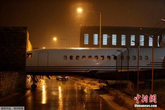 当地时间2017年12月27日,强风袭击马耳他群岛,马耳他卢卡机场一架私人达索猎鹰7X公务机抵达停机坪时被强风刮动,撞击到一栋建筑上。