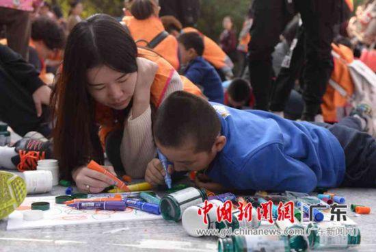 广州自愿意者为自闭儿童绘制4米环保画