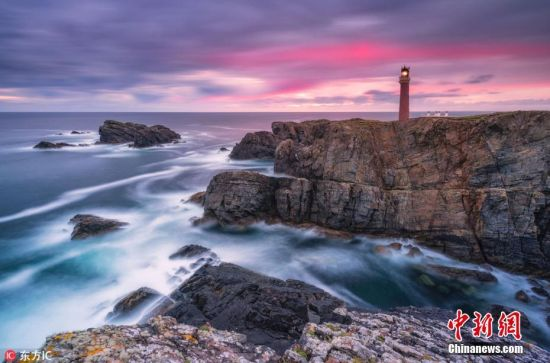 1月4日消息,英国摄影师Alessio Putzu为捕捉苏格兰海岸线迷人风光,在外驻扎露营整整两周,用镜头记录了他所邂逅的美景。从赫布里底群岛到天空之岛,Alessio镜头下的苏格兰海岸格外壮美,波涛汹涌的海浪,夕阳下静谧的灯塔,波澜不惊的大海,若童话世界般美丽,摄人心魄。 图片来源:东方IC 版权作品 请勿转载