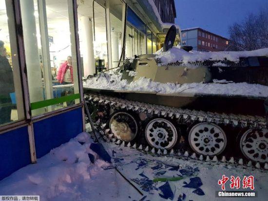 据路透社消息,当地时间1月10日,俄罗斯阿帕季特发生了一桩离奇的盗窃案,一名男子为了盗窃一瓶酒,竟开着装甲车闯进了超市。