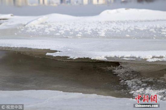 1月23日,吉林省吉林市松花江雾气缭绕,江面大面积结冰。朱万昌 摄 图片来源:视觉中国