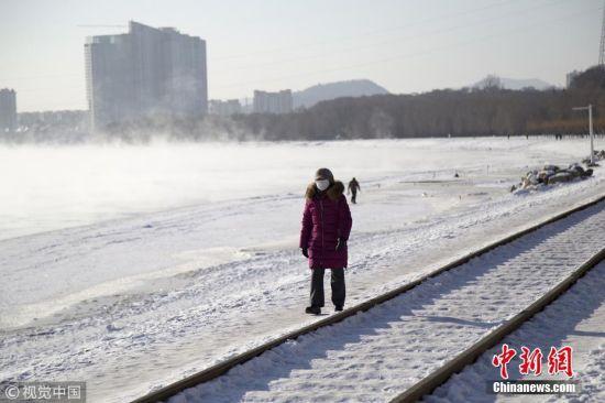 1月23日,吉林省吉林市市民全副武装出行。朱万昌 摄 图片来源:视觉中国